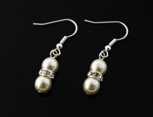 Pearl earrings with ornament